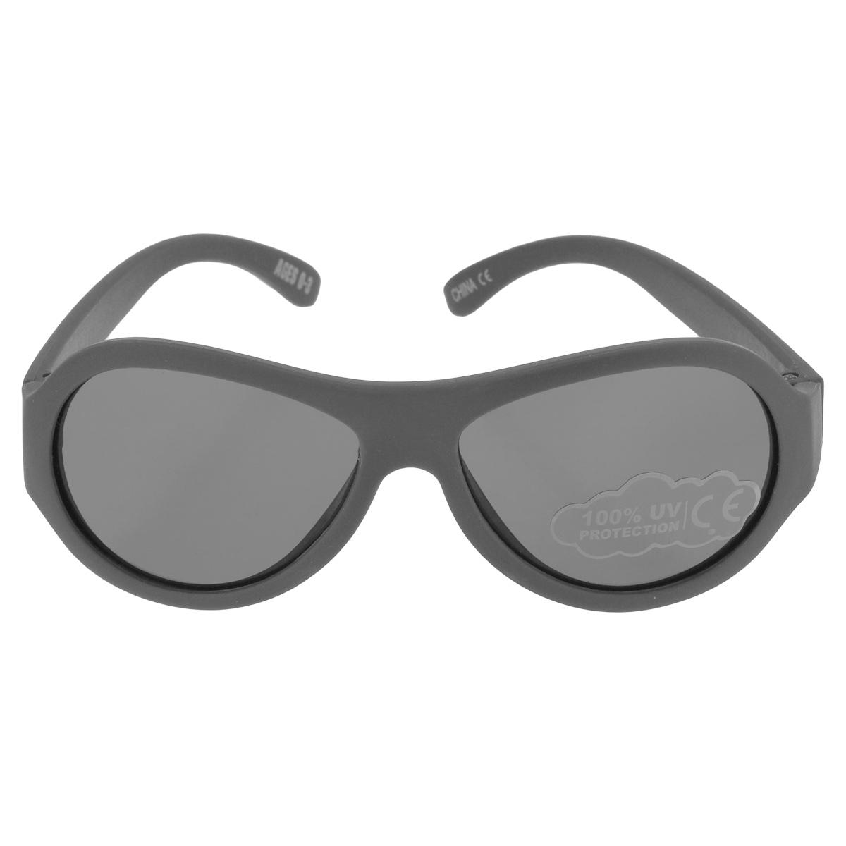 Детские солнцезащитные очки Babiators Галактика (Galactic), цвет: серый, 0-3 летBAB-074Вы делаете все возможное, чтобы ваши дети были здоровы и в безопасности. Шлемы для езды на велосипеде, солнцезащитный крем для прогулок на солнце... Но как насчёт влияния солнца на глазах вашего ребёнка? Правда в том, что сетчатка глаза у детей развивается вместе с самим ребёнком. Это означает, что глаза малышей не могут отфильтровать УФ-излучение. Проблема понятна - детям нужна настоящая защита, чтобы глазки были в безопасности, а зрение сильным. Каждая пара солнцезащитных очков Babiators для детей обеспечивает 100% защиту от UVA и UVB. Прочные линзы высшего качества не подведут в самых сложных переделках. В отличие от обычных пластиковых очков, оправа Babiators выполнена из гибкого прорезиненного материала, что делает их ударопрочными, их можно сгибать и крутить - они не сломаются и вернутся в прежнюю форму. Не бойтесь, что ребёнок сядет на них - они всё выдержат. Будьте уверены, что очки Babiators созданы безопасными, прочными и классными, так что вы и ваш ребенок можете...