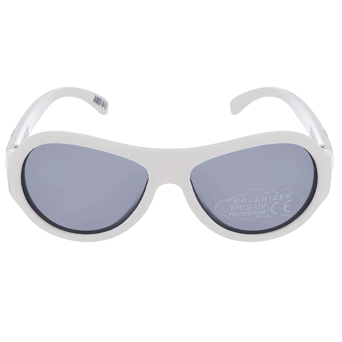 Детские солнцезащитные очки Babiators Вечеринка (Party Animal), поляризационные, с футляром, цвет: белый, 3-7 летBAB-054Защита глаз всегда в моде. Вы делаете все возможное, чтобы ваши дети были здоровы и в безопасности. Шлемы для езды на велосипеде, солнцезащитный крем для прогулок на солнце... Но как насчёт влияния солнца на глаза вашего ребёнка? Правда в том, что сетчатка глаза у детей развивается вместе с самим ребёнком. Это означает, что глаза малышей не могут отфильтровать УФ-излучение. Добавьте к этому тот факт, что дети за год получают трёхкратную дозу солнечного воздействия на взрослого человека (доклад Vision Council Report 2013, США). Проблема понятна - детям нужна настоящая защита, чтобы глазки были в безопасности, а зрение сильным. Каждая пара солнцезащитных очков Babiators для детей обеспечивает 100% защиту от UVA и UVB. Прочные линзы высшего качества не подведут в самых сложных переделках. В отличие от обычных пластиковых очков, оправа Babiators выполнена из гибкого прорезиненного материала, что делает их ударопрочными, их можно сгибать и крутить - они не сломаются и...