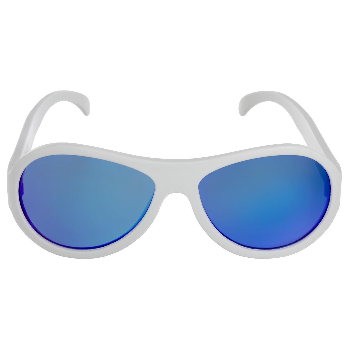Детские солнцезащитные очки Babiators Шалун (Wicked), синие линзы, цвет: белый, 7-14 летACE-003Каждый ребёнок - это Ас! Будь классным. Будь собой. Будь асом. Для Babiators каждый подросток - это Ас. Поэтому они создали очки Aces для всех детей в возрасте от 7-14 такими, чтобы те могли выразить свой крутой стиль всюду, куда бы ни пошли. Вы делаете все возможное, чтобы ваши дети были здоровы и в безопасности. Шлемы для езды на велосипеде, солнцезащитный крем для прогулок на солнце... Но как насчёт влияния солнца на глазах вашего ребёнка? Правда в том, что сетчатка глаза у детей развивается вместе с самим ребёнком. Это означает, что глаза малышей не могут отфильтровать УФ-излучение. Проблема понятна - детям нужна настоящая защита, чтобы глазки были в безопасности, а зрение сильным. Каждая пара солнцезащитных очков Babiators для детей обеспечивает 100% защиту от UVA и UVB. Прочные линзы высшего качества не подведут в самых сложных переделках. В отличие от обычных пластиковых очков, оправа Babiators выполнена из гибкого прорезиненного материала, что делает их...