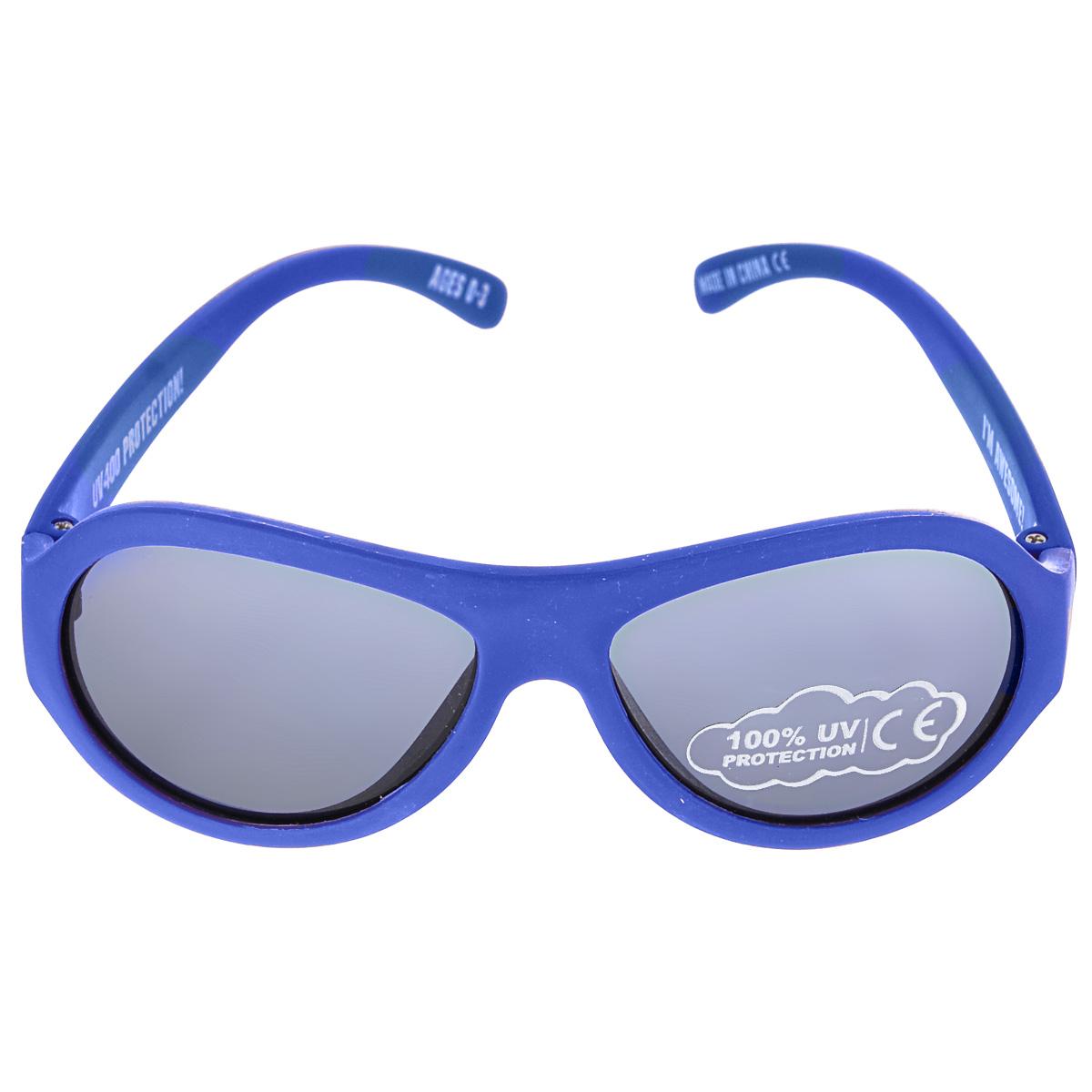 Детские солнцезащитные очки Babiators Ангелы (Angels), цвет: синий, 3-7 летBAB-006Вы делаете все возможное, чтобы ваши дети были здоровы и в безопасности. Шлемы для езды на велосипеде, солнцезащитный крем для прогулок на солнце... Но как насчет влияния солнца на глаза вашего ребенка? Правда в том, что сетчатка глаза у детей развивается вместе с самим ребенком. Это означает, что глаза малышей не могут отфильтровать УФ-излучение. Проблема понятна - детям нужна настоящая защита, чтобы глазки были в безопасности, а зрение сильным. Каждая пара солнцезащитных очков Babiators для детей обеспечивает 100% защиту от UVA и UVB. Прочные линзы высшего качества из поликарбоната не подведут в самых сложных переделках. В отличие от обычных пластиковых очков, оправа Babiators выполнена из гибкого прорезиненного материала (термопластичного эластомера), что делает их ударопрочными, их можно сгибать и крутить - они не сломаются и вернутся в прежнюю форму. Не бойтесь, что ребенок сядет на них - они все выдержат. Будьте уверены, что очки...