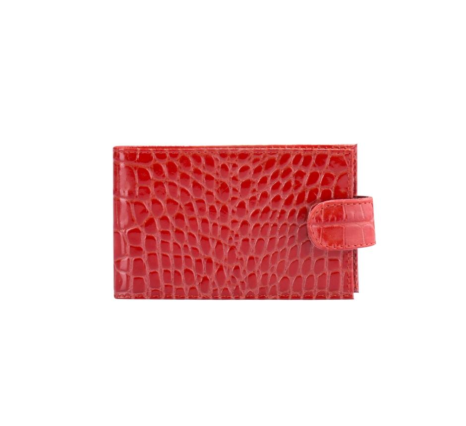 Визитница женская Fabula Croco Nile, цвет: мак. V.39/1.KRV.39/1.KR. макЖенская визитница Fabula Croco Nile выполнена из высококачественной натуральной кожи с фактурным тиснением под крокодила. Внутри имеется два кармана и блок из двадцати отделений для визиток из прозрачного пластика. Модель закрывается хлястиком на застежку-кнопку. Изделие упаковано в фирменную коробку. Такая визитница станет отличным подарком для человека, ценящего качественные и практичные вещи.