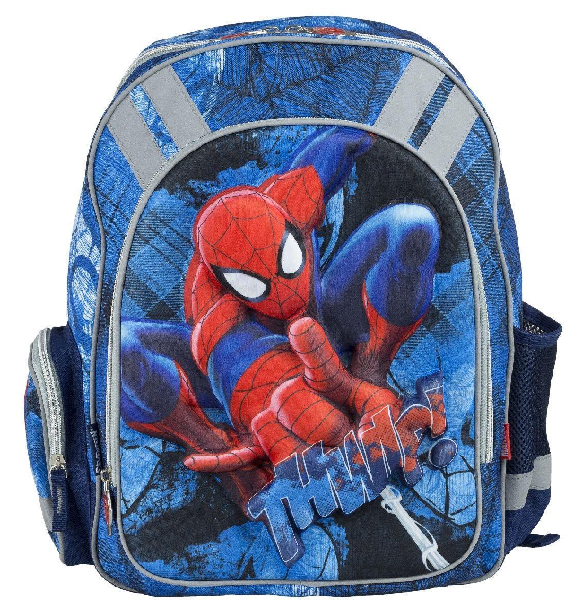 Рюкзак школьный Spider-Man, цвет: темно-синий, голубой. SMCB-RT2-836ESMCB-RT2-836EРюкзак школьный Spider-Man обязательно понравится вашему школьнику. Выполнен из прочных и высококачественных материалов, дополнен объемным и реалистичным изображением Человека-паука. Содержит одно вместительное отделение, закрывающееся на застежку-молнию с двумя бегунками. Бегунки застежки оформлены металлическими держателями в виде паука. Внутри отделения находятся две перегородки для тетрадей или учебников, а также открытый карман-сетка. Дно рюкзака можно сделать жестким, разложив специальную панель с пластиковой вставкой, что повышает сохранность содержимого рюкзака и способствует правильному распределению нагрузки. Лицевая сторона оснащена накладным карманом на молнии. По бокам расположены два накладных кармана: на застежке-молнии и открытый, стянутый сверху резинкой. Специально разработанная архитектура спинки со стабилизирующими набивными элементами повторяет естественный изгиб позвоночника. Набивные элементы обеспечивают вентиляцию спины ребенка. Плечевые...