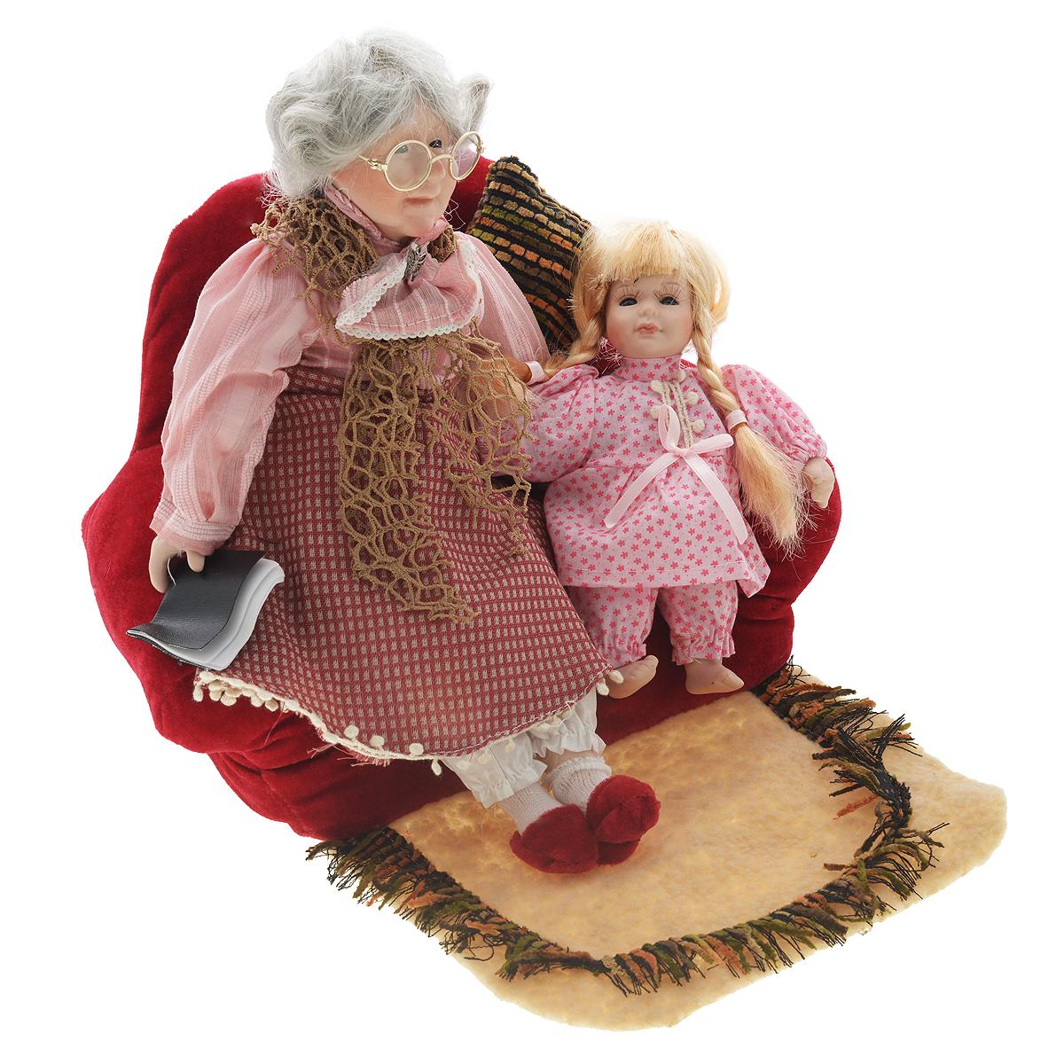 Набор фарфоровых кукол Бабушка с внучкой15815Набор кукол Бабушка с внучкой, выполненные из фарфора, займет достойное место в вашей коллекции. Лицо бабушки украшают оригинальные очки. Седые волосы бабушки имеет игривые завитки. . Туловище кукол мягконабивное. Бабушка наряжена в рубашку и юбку, выполненные из полиэстера. Подол юбки оформлен декоративной тесьмой. На шее повязан плетеный платок. На ногах бабушки плюшевые тапочки. У внучки красивые глазки, обрамленные длинными ресницами, и светлые волосы, заплетенные в косички. Внучка наряжена в пижаму, украшенную тесьмой. Румянец на щеках приближает кукол к живым прототипам. Куклы располагаются на мягком диване. Картину дополняют подушка, коврик и книга.