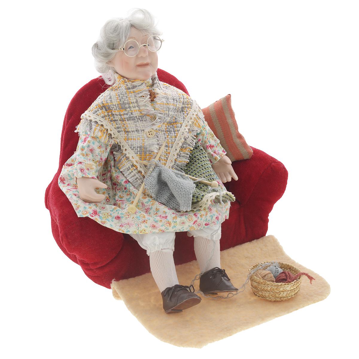 Кукла фарфоровая Бабушка, 38 см15814Великолепная кукла Бабушка, выполненная из фарфора, займет достойное место в вашей коллекции. Лицо бабушки украшают оригинальные очки. Седые волосы бабушки имеет игривые завитки. Румянец на щеках приближает куклу к живому прототипу. Туловище куклы мягконабивное. Бабушка наряжена в платье, выполненное из полиэстера. Поверх платья, вязаный фартук. На плечи накинут платок. На ногах бабушки ботиночки на шнурках. Кукла располагается на мягком диване со спицами в руках. Картину дополняют подушка, коврик и соломенная корзинка с пряжей.