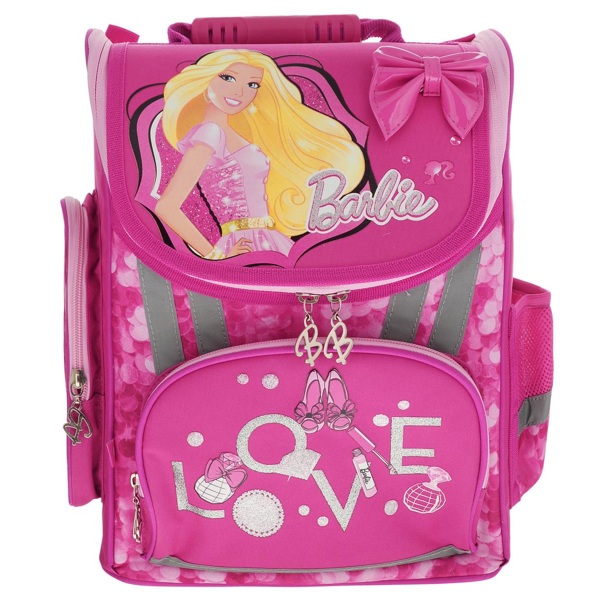 Ранец школьный Barbie, с наполнением, цвет: ярко-розовыйBROZ-RT2-113SETШкольный ранец Barbie выполнен из современного легкого и прочного материала ярко-розового цвета, дополненный яркими аппликациями с куклой Barbie. Ранец имеет одно основное отделение, закрывающееся на молнию. Под крышкой расположен прозрачный пластиковый кармашек для расписания уроков, или для вкладыша с адресом и ФИО владельца. Внутри главного отделения расположены два разделителя с утягивающей резинкой, предназначенные для размещения предметов без сложения, размером до формата А4 включительно. На лицевой стороне ранца расположен накладной карман на молнии. По бокам ранца размещены два дополнительных накладных кармана, один на молнии, и один открытый. Рельеф спинки ранца разработан с учетом особенности детского позвоночника. Ранец оснащен эргономичной ручкой для переноски и двумя широкими лямками, регулируемой длины. Дно ранца защищено пластиковыми ножками. Многофункциональный школьный ранец станет незаменимым спутником вашего ребенка в походах за знаниями. ...