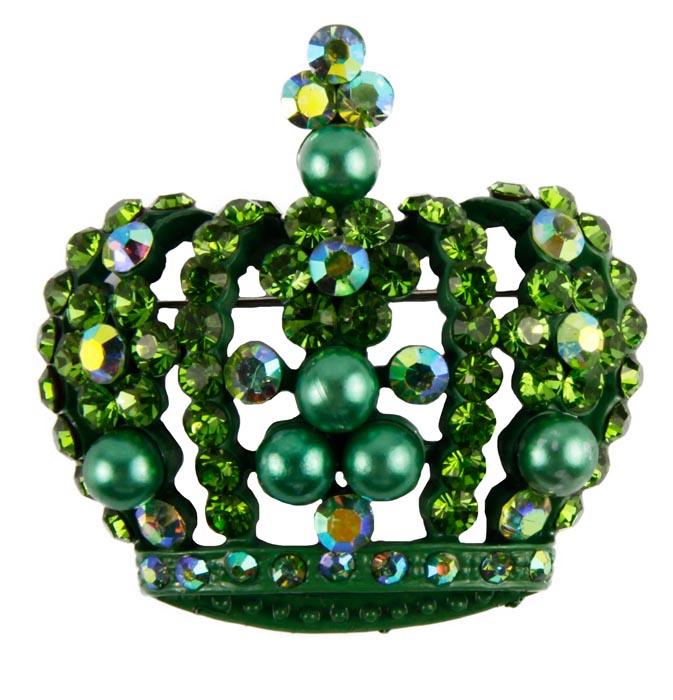 Брошь Сверкающая корона. Металл, австрийские кристаллы, имитация жемчуга. Конец XX векаk3583990Брошь Сверкающая корона. Металл, австрийские кристаллы, имитация жемчуга. Конец XX века. Размеры 5 х 3,5 см. Сохранность хорошая. Очаровательная яркая брошь, выполненная в виде короны. Оригинальный аксессуар инкрустирован целой россыпью сверкающих страз зеленого цвета, дополнен жемчужными бусинами . Эта изысканная брошь станет изысканным украшением для романтичной и творческой натуры и гармонично дополнит Ваш наряд, станет завершающим штрихом в создании образа. Имеется ушко для подвешивания на цепочку.