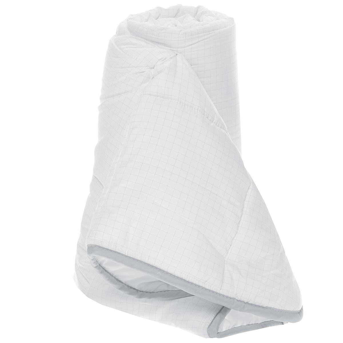 Одеяло легкое Comfort Line Антистресс, наполнитель: полиэстер, 140 х 205 см174352Легкое одеяло Comfort Line Антистресс подарит незабываемое чувство комфорта и уюта во время сна. Одеяло выполнено по инновационной технологии с применением карбоновой нити, которая способна снимать и отводить статическое напряжение. При уменьшении статического электричества качество сна увеличивается, вы почувствуете себя более отдохнувшим и снявшим стресс. Идеально подойдет людям, которые много времени проводят на работе, подвержены стрессу и заботятся о своем здоровье. Изделие также отлично отводит и испаряет влагу. Одеяло упаковано в пластиковую сумку-чехол, закрывающуюся на застежку-молнию. Рекомендации по уходу: - Можно стирать в стиральной машине при температуре не выше 30°С. - Не отбеливать. - Не гладить. - Нельзя отжимать и сушить в стиральной машине. - Химчистка с мягким растворителем. - Сушить вертикально. Материал чехла: микрофибра (99,4% полиэстер, 0,6% карбон). Наполнитель: полиэстеровое волокно (100%...