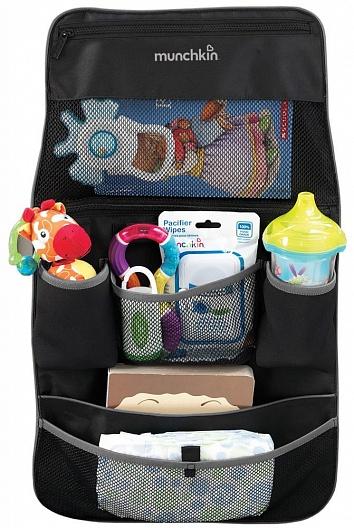 Munchkin органайзер для автомобильных сидений и прогулочных колясок , цвет: черный12026Любимая игрушка всегда под рукой! Теперь на прогулку или в поездку с ребенком не обязательно брать объемную сумку, ведь все необходимые вещи поместятся в компактном органайзере Munchkin, который легко можно подвесить на спинку автомобильного сиденья или к ручкам коляски-трости. В органайзере предусмотрены различные отсеки для хранения напитков, закусок, салфеток, подгузников и других полезных мелочей.