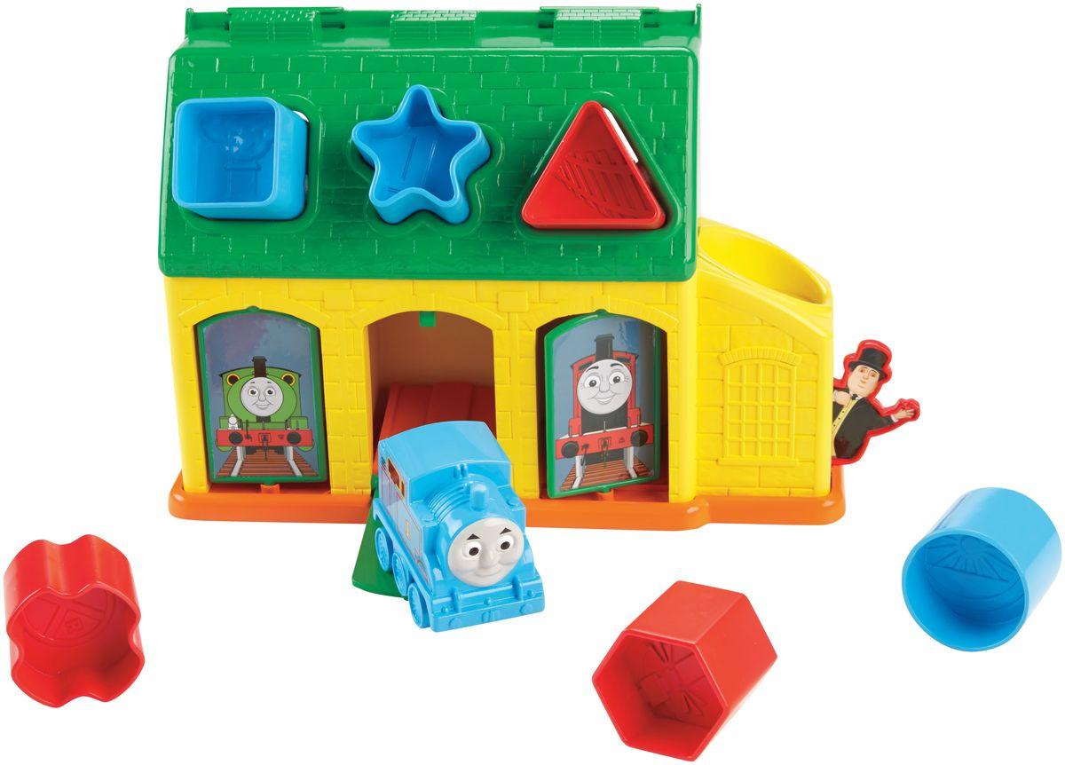 Игровой набор Thomas & Friends Депо ТидмутаCDN12Яркий игровой набор Thomas & Friends Депо Тидмута обязательно привлечет внимание малышей. Сортер Депо Тидмута погружает малыша в увлекательный мир Томаса и его друзей. Вставляйте звездочку в нужное отверстие и Томас появится из центральной двери. Открыв боковые двери, можно разглядеть различных героев. А если поместить круг в боковое депо, то появится сам сэр Тофам Хэтт! Задняя часть сдвигается для удобной переноски, а открывающуюся крышу можно снять и хранить там игровые элементы. Сортер Депо Тидмут - веселое и интерактивное развлечение для вашего ребенка! Игра с набором способствует развитию внимания, цветовосприятия, моторики и логического мышления. Игрушка выполнена из высококачественных материалов, не имеет острых углов и мелких деталей, абсолютно безопасна для малышей.