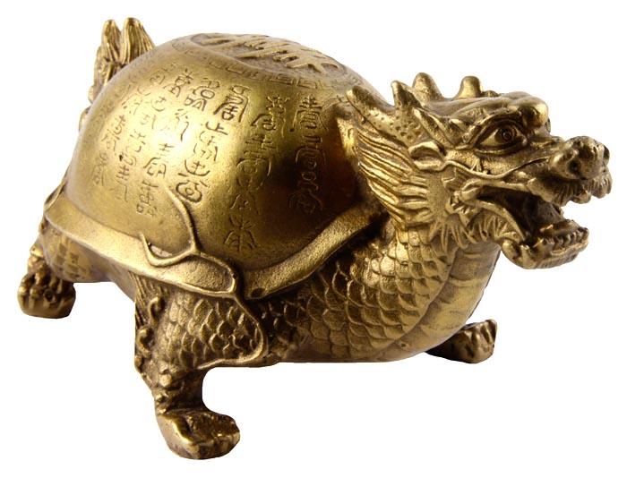 Статуэтка Драконочерепаха. Бронза, прочеканка. Китай, вторая половина XX века791504Статуэтка Драконочерепаха. Бронза, прочеканка. Китай, вторая половина XX века. Высота 7 см, длина 14,5 см, ширина 8 см. Сохранность хорошая. Одним из символов гармонии вселенной, которую исповедует учение фэн-шуй, является талисман Драконочерепаха. Он представляет собой необыкновенное мистическое животное, у которого голова дракона, а тело черепахи. Основные задачи, которые выполняет талисман, — это защита жилища от любой негативной энергии, от всего плохого и нечистого, что может проникнуть в него. Отличный подарок для поклонников фен-шуй!