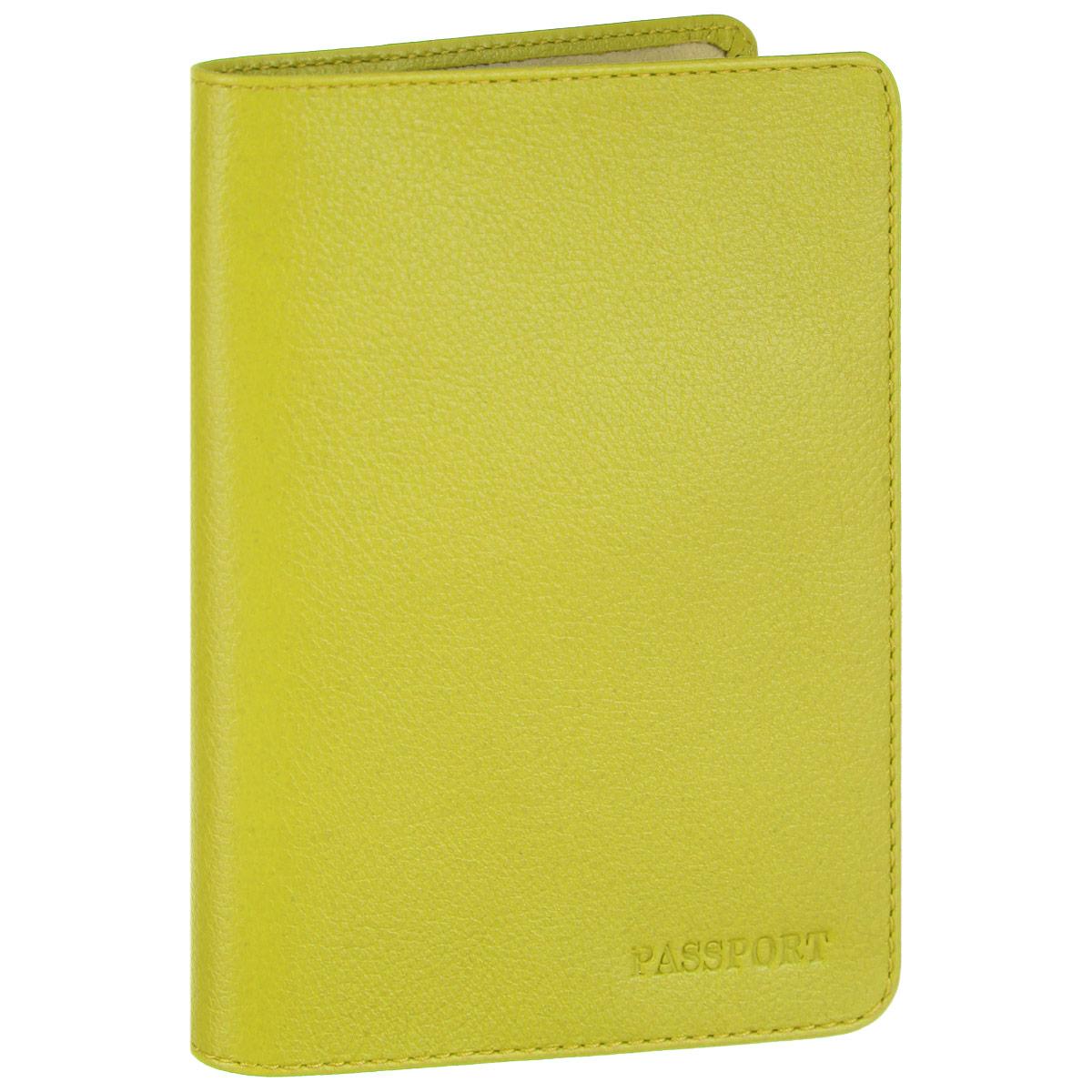Обложка для паспорта Fabula, цвет: лимонный. O.53.FPO.53.FP. салатовыйСтильная обложка для паспорта Fabula выполнена из натуральной кожи с зернистой текстурой, оформлена надписью Passport. Обложка для паспорта раскладывается пополам, внутри расположены два пластиковых кармашка. Такая обложка для паспорта станет прекрасным и стильным подарком человеку, любящему оригинальные и практичные вещи.