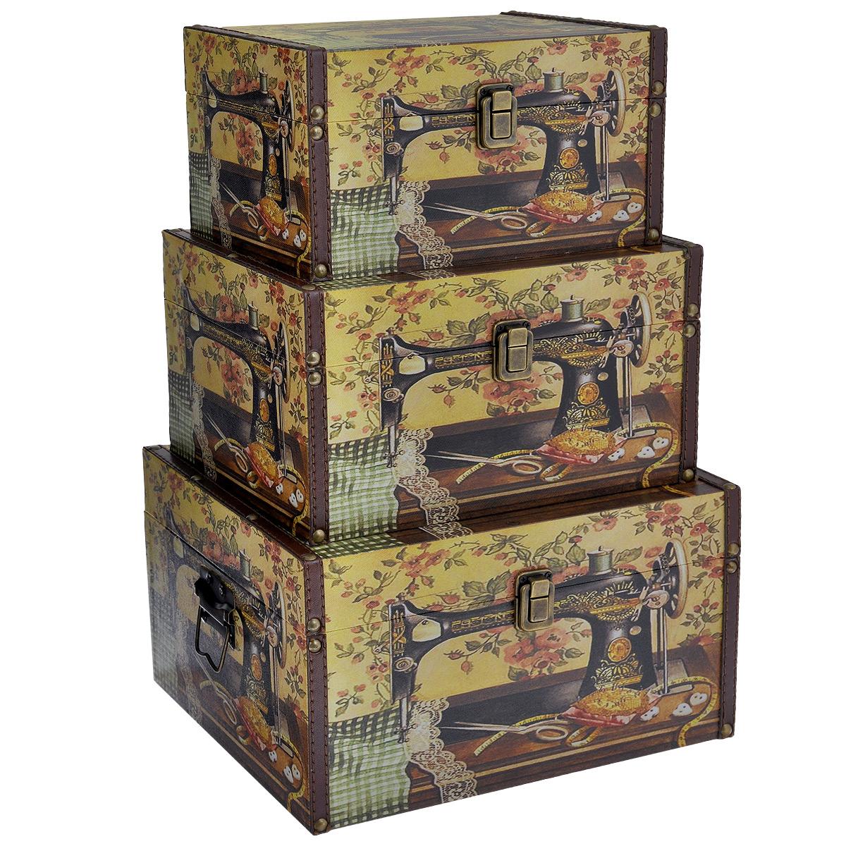 Набор шкатулок для рукоделия Швейные машинки, цвет: желтый, коричневый, 3 штTL3976R5Набор Швейные машинки состоит из трех шкатулок разного размера, изготовленных из МДФ, картона и холщовой ткани и оснащенных крышками. Изделия декорированы изображением швейной машинки и других предметов шитья. Крышки закрываются на металлический замочек-защелку. Внутри изделия обтянуты тканью коричневого цвета. Самая большая шкатулка имеет по бокам две металлические ручки для удобной переноски. Изящные шкатулки с ярким дизайном, складывающиеся одна в другую, предназначены для хранения мелочей, принадлежностей для шитья и творчества и других аксессуаров. Они красиво оформят интерьер комнаты и помогут хранить ваши вещи в порядке. Размер большой шкатулки: 30 см х 24 см х 17 см. Размер средней шкатулки: 27 см х 20 см х 15 см. Размер маленькой шкатулки: 24 см х 16 см х 13 см.