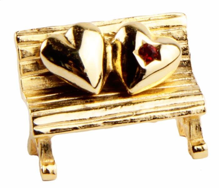 Винтажная брошь Скамейка для влюбленных. Бижутерный сплав, кристалл. Конец XX векаPDV-126Винтажная брошь Скамейка для влюбленных. Бижутерный сплав, кристалл. Западная Европа, конец ХХ века. Размер броши 2 х 2 см. Сохранность хорошая. Брошь - отличное дополнение вашего наряда. Выполнено изделие из сплава золотого оттенка. Необычное решение для броши не оставит ее обладательницу без внимания. Изделия такого дизайна прекрасно подойдут как к дневному наряду, так и к вечернему.