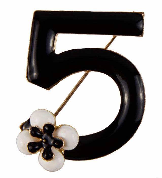 Брошь Шанель № 5. Металл, полихромные эмали. Конец XX векаОС27708Брошь Шанель №5. Металл, полихромные эмали. Западная Европа, конец XX века. Размеры 4 х 4 см. Сохранность хорошая. Очаровательная яркая брошь, выполненная в виде цифры 5 - известного символа дома Шанель. Оригинальный аксессуар . Эта изысканная брошь станет стильным украшением для романтичной и творческой натуры и гармонично дополнит Ваш наряд, станет завершающим штрихом в создании образа.