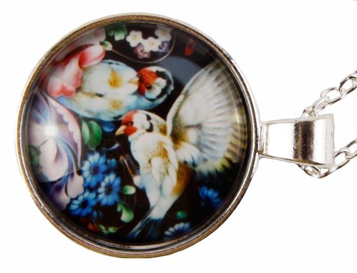 Подвеска Вдохновение. Бижутерный сплав, эмаль. Конец XX века166045Подвеска Вдохновение . Бижутерный сплав, эмаль. Западная Европа, конец ХХ века. Сохранность хорошая. Размер: подвески 2,5 х 2,5 см, цепочка 50 см. Подвеска в виде медальона из металла под серебро, с художественной росписью . Этот аксессуар станет изысканным украшением для романтичной и творческой натуры и гармонично дополнит Ваш наряд, станет завершающим штрихом в создании образа.