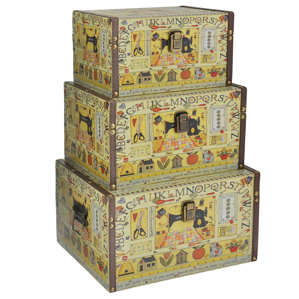 Набор шкатулок для рукоделия Ручная работа, цвет: желтый, коричневый, красный, 3 штTL3976R6Набор Ручная работа состоит из трех шкатулок разного размера, изготовленных из МДФ, картона и холщовой ткани и оснащенных крышками. Изделия декорированы изображением швейной машинки и других предметов для шитья. Крышки закрываются на металлический замок-защелку. Внутри изделия обтянуты тканью коричневого цвета. Самая большая шкатулка имеет по бокам две металлические ручки для удобной переноски. Изящные шкатулки с ярким дизайном, складывающиеся одна в другую, предназначены для хранения мелочей, принадлежностей для шитья и творчества и других аксессуаров. Они красиво оформят интерьер комнаты и помогут хранить ваши вещи в порядке. Размер большой шкатулки: 30 см х 24 см х 17 см. Размер средней шкатулки: 27 см х 20 см х 15 см. Размер маленькой шкатулки: 24 см х 16 см х 13 см.