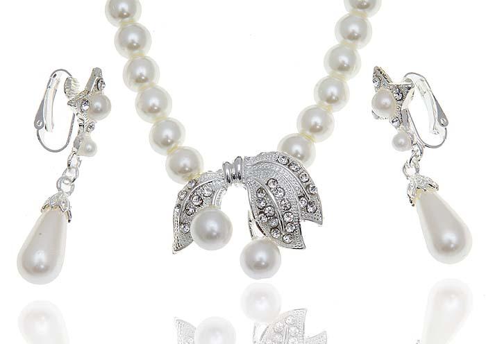 Комплект Джульета: ожерелье и серьги от Arrina. Искусственный жемчуг, прозрачные стразы, бижутерный сплав серебряного тона. Гонконг, 2000-е гг.60013670Комплект Джульета: ожерелье и серьги от Arrina. Искусственный жемчуг, прозрачные кристаллы, бижутерный сплав серебряного тона. Гонконг, 2000-е гг. Размер: Ожерелье - полная длина 40 см. Серьги - 5 х 1,5 см. Сохранность превосходная, изделие не было в использовании.