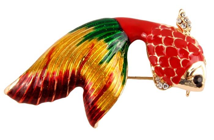 Брошь Красная рыбка. Бижутерный сплав, австрийские кристаллы, полихромные эмали. Конец XX века19/0112Брошь Красная рыбка. Бижутерный сплав, австрийские кристаллы, полихромные эмали. Западная Европа, конец ХХ века. Размер: 5 х 2,5 см. Небольшая, но очень яркая и красивая брошь. Очаровательная рыбка выполнена из бижутерного сплава золотистого оттенка, украшена брошка эмалями красного, зеленого, желтого и бардового оттенка, плавники инкрустированные кристаллами будут сверкать при попадание на них лучей света. Глазик сделан из кристаллика черного цвета. Брошь прекрасно впишется в Ваш наряд и добавит сияния и лёгкости образу!