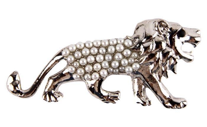 Брошь Жемчужный лев. Бижутерный сплав, австрийский кристалл, имитация жемчуга. Конец XX века19/0112Брошь Жемчужный лев. Бижутерный сплав, австрийские кристаллы, имитация жемчуга. Западная Европа, конец ХХ века. Размер: 6 х 3 см. Сохранность хорошая. Яркая брошь из бижутерного сплава серебряного оттенка выполнена в виде льва. Красивейшее изделие инкрустировано целой россыпью белых жемчужин. Глазик у льва из кристалла черного цвета. Изумительной красоты аксессуар для великолепных дам, сделает вас королевой любого вечера.