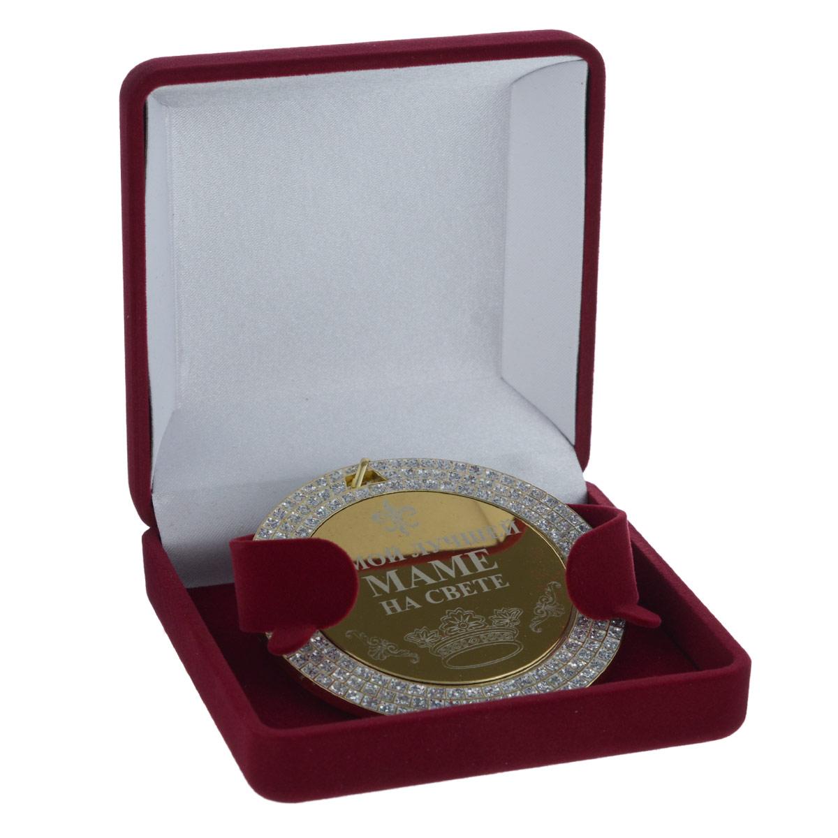 Медаль сувенирная Лучшая мама на свете23927Сувенирная медаль Лучшая мама на свете, выполненная из металла золотистого цвета, оформлена блестками. К медали крепится текстильная лента. Такая медаль станет веселым памятным подарком и принесет массу положительных эмоций своему обладателю. Медаль упакована в подарочный футляр, обтянутый бархатистой тканью. Диаметр медали: 7 см.