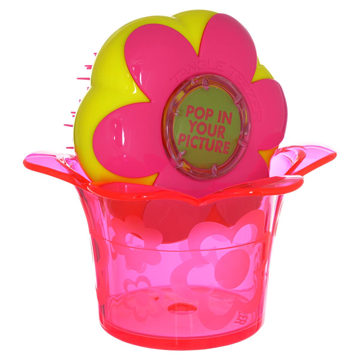 Tangle Teezer Расческа для волос Magic Flowerpot. Princess PinkFP-PR-011212Детская распутывающая чудо-расческа Tangle Teezer Magic Flowerpot Princess Pink идеально подходит для всех типов волос. Оригинальная форма зубчиков обеспечивает двойное действие и позволяет быстро и безболезненно расчесать влажные и сухие волосы, не нарушая структуру детских волос. Подходит детям от 3-х лет. Благодаря эргономичному дизайну, расческу удобно держать в руках, не опасаясь выскальзывания. Расческа дополнена оригинальной подставкой, в которой можно хранить различные резиночки и заколочки. Товар сертифицирован.