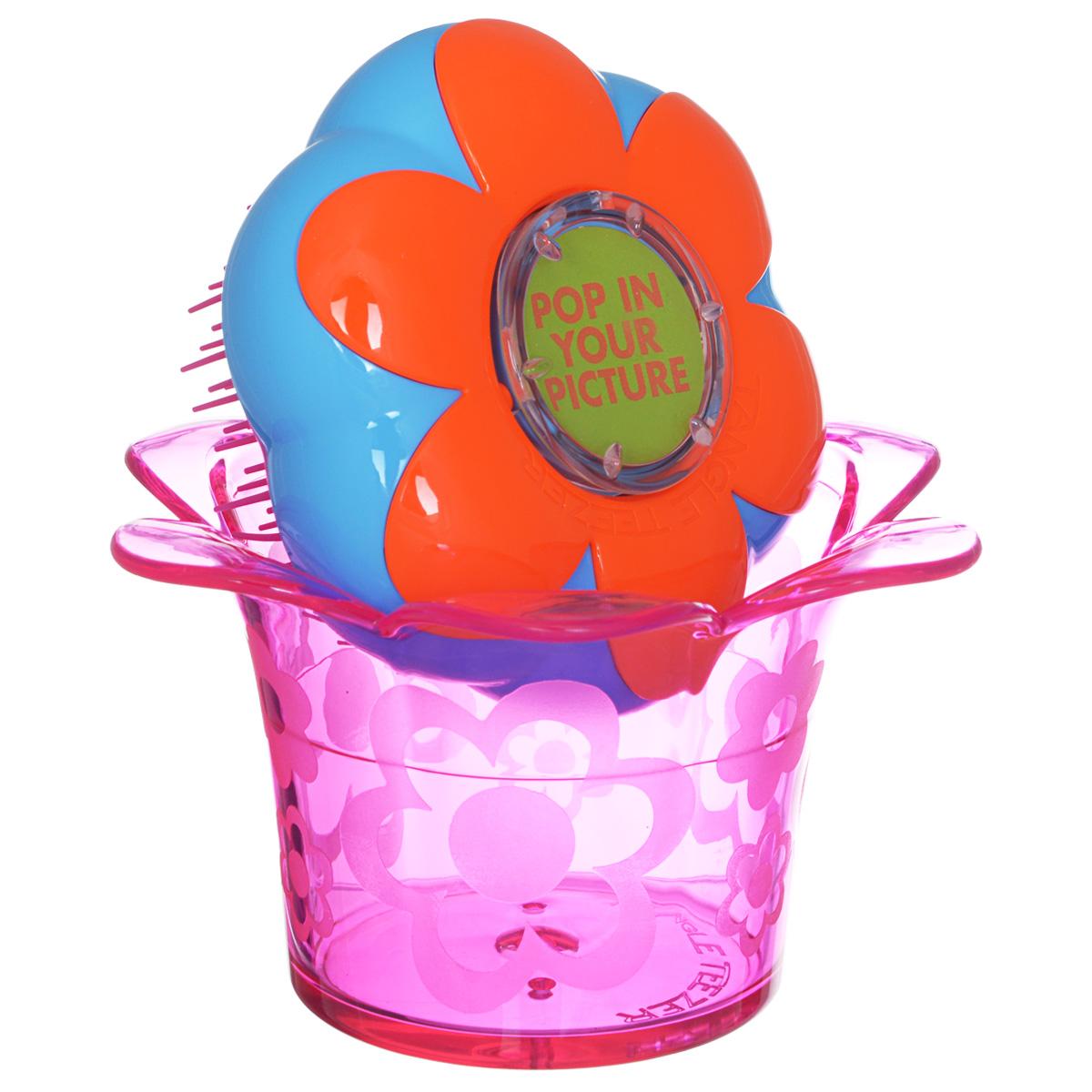 Tangle Teezer Расческа для волос Magic Flowerpot. Popping PurpleFP-PU-011212Детская распутывающая чудо-расческа Tangle Teezer Magic Flowerpot. Popping Purple идеально подходит для всех типов волос. Оригинальная форма зубчиков обеспечивает двойное действие и позволяет быстро и безболезненно расчесать влажные и сухие волосы, не нарушая структуру детских волос. Подходит детям от 3-х лет. Благодаря эргономичному дизайну, расческу удобно держать в руках, не опасаясь выскальзывания. Расческа дополнена оригинальной подставкой, в которой можно хранить различные резиночки и заколочки. Товар сертифицирован.