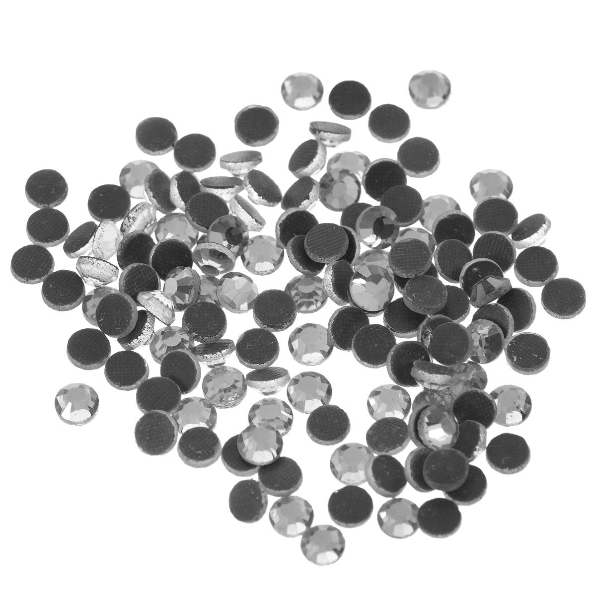 Стразы термоклеевые Cristal, цвет: серебристый, диаметр 4,8 мм, 144 шт7706832_сереброНабор термоклеевых страз Cristal, изготовленный из высококачественного акрила, позволит вам украсить одежду, аксессуары или текстиль. Яркие стразы имеют плоское дно и круглую поверхность с гранями. Дно термоклеевых страз уже обработано особым клеем, который под воздействием высоких температур начинает плавиться, приклеиваясь, таким образом, к требуемой поверхности. Чаще всего их используют в текстильной промышленности: стразы прикладывают к ткани и проглаживают утюгом с обратной стороны. Также можно использовать специальный паяльник. Украшение стразами поможет сделать любую вещь оригинальной и неповторимой. Диаметр стразы: 4,8 мм.