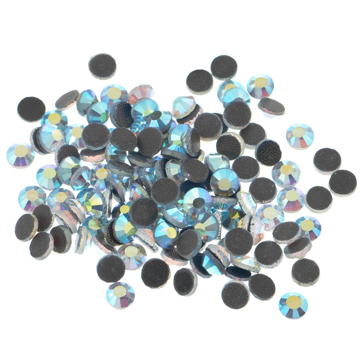 Стразы термоклеевые Cristal, цвет: светло-синий (243АВ), диаметр 4,8 мм, 144 шт7706832_243АВНабор термоклеевых страз Cristal, изготовленный из высококачественного акрила, позволит вам украсить одежду, аксессуары или текстиль. Яркие стразы имеют плоское дно и круглую поверхность с гранями. Дно термоклеевых страз уже обработано особым клеем, который под воздействием высоких температур начинает плавиться, приклеиваясь, таким образом, к требуемой поверхности. Чаще всего их используют в текстильной промышленности: стразы прикладывают к ткани и проглаживают утюгом с обратной стороны. Также можно использовать специальный паяльник. Украшение стразами поможет сделать любую вещь оригинальной и неповторимой. Диаметр стразы: 4,8 мм.