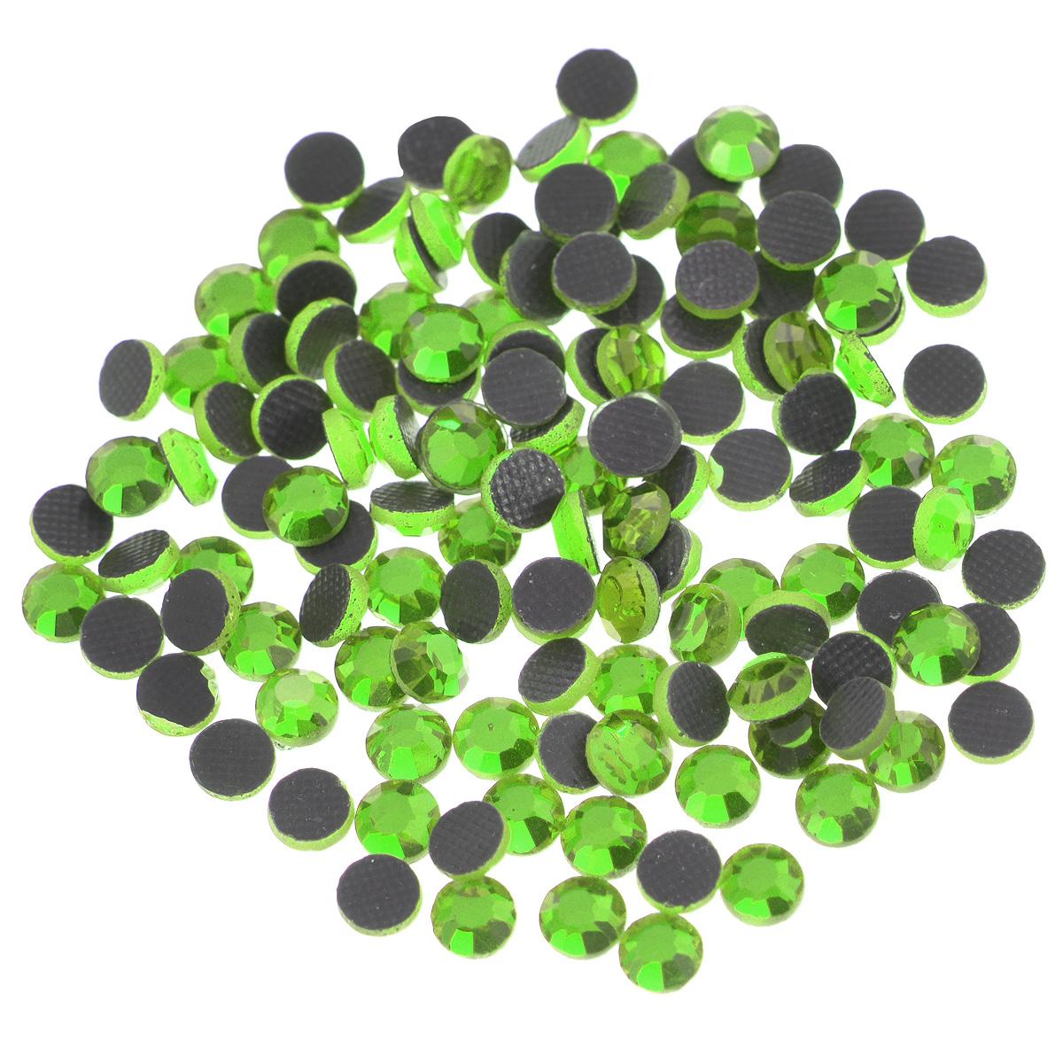 Стразы термоклеевые Cristal, цвет: светло-зеленый (214), диаметр 4 мм, 144 шт7706831_214Набор термоклеевых страз Cristal, изготовленный из высококачественного акрила, позволит вам украсить одежду, аксессуары или текстиль. Яркие стразы имеют плоское дно и круглую поверхность с гранями. Дно термоклеевых страз уже обработано особым клеем, который под воздействием высоких температур начинает плавиться, приклеиваясь, таким образом, к требуемой поверхности. Чаще всего их используют в текстильной промышленности: стразы прикладывают к ткани и проглаживают утюгом с обратной стороны. Также можно использовать специальный паяльник. Украшение стразами поможет сделать любую вещь оригинальной и неповторимой. Диаметр стразы: 4 мм.