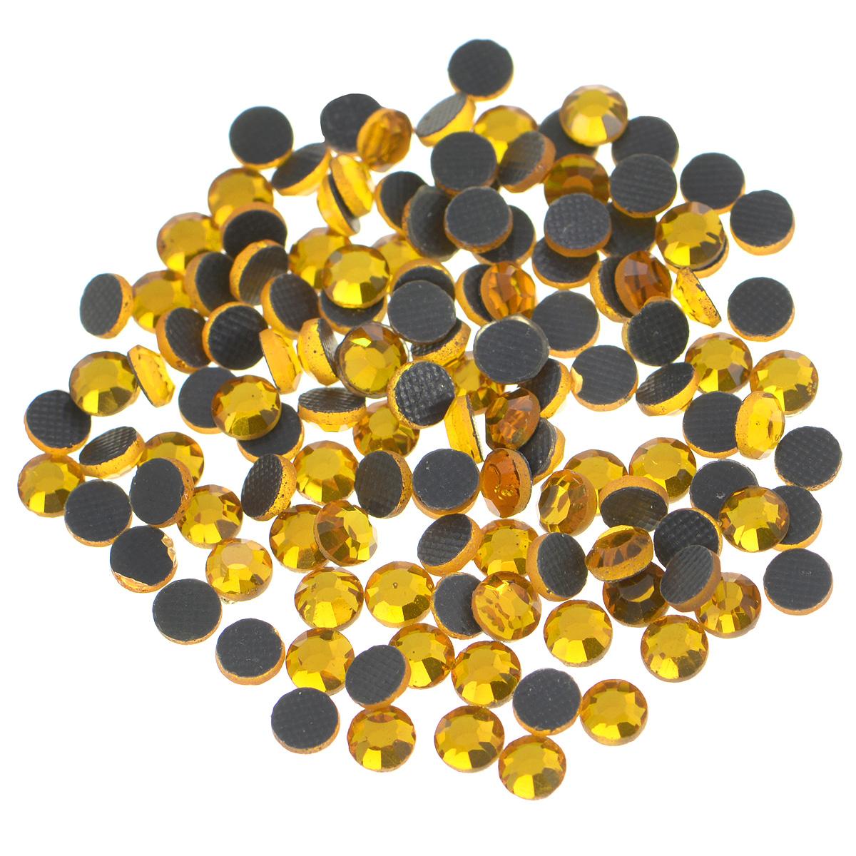 Стразы термоклеевые Cristal, цвет: топаз (203), диаметр 4 мм, 144 шт7706831_203Набор термоклеевых страз Cristal, изготовленный из высококачественного акрила, позволит вам украсить одежду, аксессуары или текстиль. Яркие стразы имеют плоское дно и круглую поверхность с гранями. Дно термоклеевых страз уже обработано особым клеем, который под воздействием высоких температур начинает плавиться, приклеиваясь, таким образом, к требуемой поверхности. Чаще всего их используют в текстильной промышленности: стразы прикладывают к ткани и проглаживают утюгом с обратной стороны. Также можно использовать специальный паяльник. Украшение стразами поможет сделать любую вещь оригинальной и неповторимой. Диаметр стразы: 4 мм.