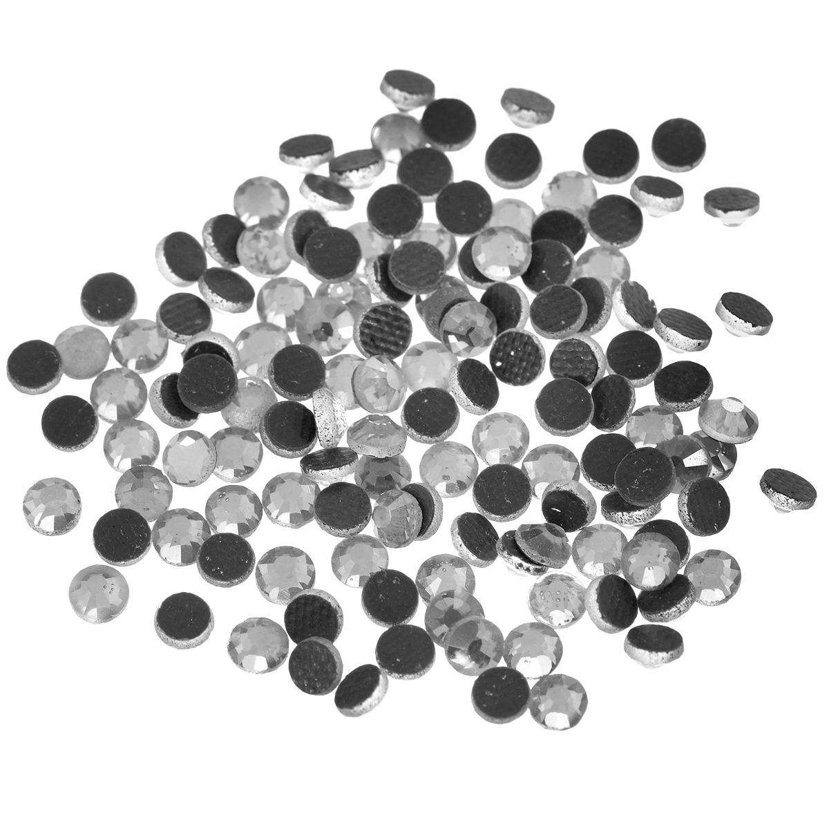 Стразы термоклеевые Cristal, цвет: белый (001), диаметр 4 мм, 144 шт7706831_001Набор термоклеевых страз Cristal, изготовленный из высококачественного акрила, позволит вам украсить одежду, аксессуары или текстиль. Яркие стразы имеют плоское дно и круглую поверхность с гранями. Дно термоклеевых страз уже обработано особым клеем, который под воздействием высоких температур начинает плавиться, приклеиваясь, таким образом, к требуемой поверхности. Чаще всего их используют в текстильной промышленности: стразы прикладывают к ткани и проглаживают утюгом с обратной стороны. Также можно использовать специальный паяльник. Украшение стразами поможет сделать любую вещь оригинальной и неповторимой. Диаметр стразы: 4 мм.