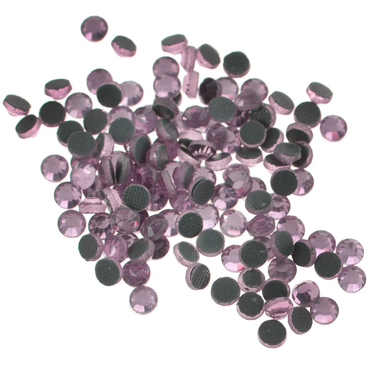 Стразы термоклеевые Cristal, цвет: бледно-розовый (212), диаметр 4 мм, 144 шт7706831_212Набор термоклеевых страз Cristal, изготовленный из высококачественного акрила, позволит вам украсить одежду, аксессуары или текстиль. Яркие стразы имеют плоское дно и круглую поверхность с гранями. Дно термоклеевых страз уже обработано особым клеем, который под воздействием высоких температур начинает плавиться, приклеиваясь, таким образом, к требуемой поверхности. Чаще всего их используют в текстильной промышленности: стразы прикладывают к ткани и проглаживают утюгом с обратной стороны. Также можно использовать специальный паяльник. Украшение стразами поможет сделать любую вещь оригинальной и неповторимой. Диаметр стразы: 4 мм.