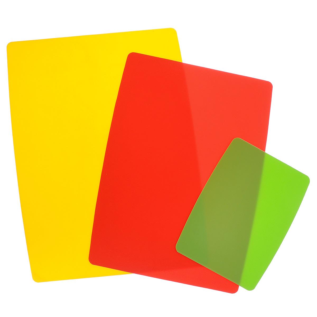 Доски разделочные Tescoma Presto, гибкие, цвет: желтый, красный, салатовый, 3 шт378878Гибкие разделочные доски Tescoma Presto прекрасно подходят для разделки всех видов пищевых продуктов. Они имеют слой для защиты от скольжения, благодаря которому прилегают к столу и не скользят. Изготовлены из гибкой пластмассы для удобства переноски и высыпания. Пригодны для посудомоечной машины. Размер большой доски: 40 х 28,5 см. Размер средней доски: 37 х 24,5 см. Размер маленькой доски: 25 х 15 см.