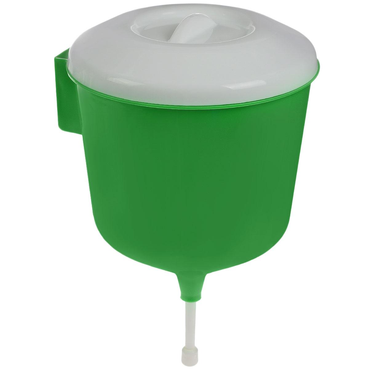 Рукомойник Альтернатива Дачник, цвет: зеленый, белый, 3 лМ1157_зеленыйРукомойник Альтернатива Дачник изготовлен из пластика. Он предназначен для умывания в саду или на даче. Яркий и красочный, он отлично впишется в окружающую обстановку. Петли обеспечивают вертикальное крепление рукомойника. Рукомойник оснащен крышкой, которая предотвращает попадание мусора. Рукомойник Альтернатива Дачник надежный и удобный в использовании. Диаметр рукомойника: 19 см. Высота рукомойника (с учетом крышки): 30 см.