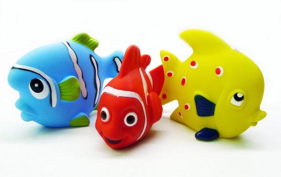 Жирафики ПВХ Набор Маленькие рыбки (3 шт)68860Разноцветные рыбки-брызгалки приведут малышей в восторг! С ними можно играть в ванной или в жаркую погоду на улице. Струйка воды выстреливает из маленького отверстия в фигурке. Игрушка способствует развитию мелкой моторики, сенсорного восприятия и воображения.