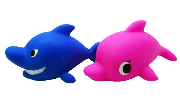 Жирафики ПВХ Акула и дельфин(2 шт)68877В набор Акула и дельфин входит две фигурки животных из ПВХ. Фигурки идеально подходят для сюжетно-ролевых и развивающих игр. Игрушки безопасны для здоровья, они не сломаются и не разобьются. Играя, ребенок развивает воображение, познавательное мышление и мелкую моторику рук.