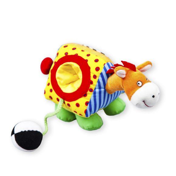 Жирафики Развивающая игрушка Лошадка93531Лошадка сшита из лоскутков тканей разной фактуры и расцветки. Если взять лошадку в руку и потянуть ее за хвост, она будет ржать. Действие сопровождается вибрацией. На туловище лошадки с одной стороны есть маленькое зеркальце, а с другой - небольшое углубление, в которое помещается мягкий мячик на веревочке.