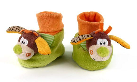 Жирафики Развивающая игрушка Собачки93Такие смешные и милые тапочки-носочки не только согреют маленькие ножки, но и надолго займут малыша. Надевать и снимать тапочки очень непросто. Но это прекрасное упражнение для развития координации движений и мелкой моторики пальчиков. Внутри тапочек - погремушки.