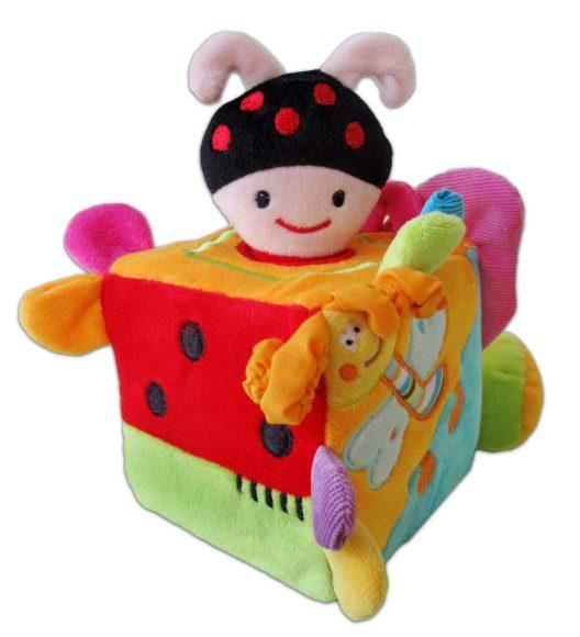 Жирафики Развивающая игрушка Кубик с жучком939297Развивающая игрушка «Кубик с жучком» - настоящий тренажер для детских пальчиков и сообразительности! Забавный жучок-погремушка «вылезает» из дырочки в кубике. Жучок привязан веревочкой, поэтому его нельзя потерять. А еще у этого мягкого кубика есть шуршалки-листики, пищалки и прорезыватели. Игрушка сшита из мягкой и приятной на ощупь разноцветной ткани. Предназначена для развития воображения и мелкой моторики, а также сенсорного, цветового и слухового восприятия. Высота кубика – 10 см.