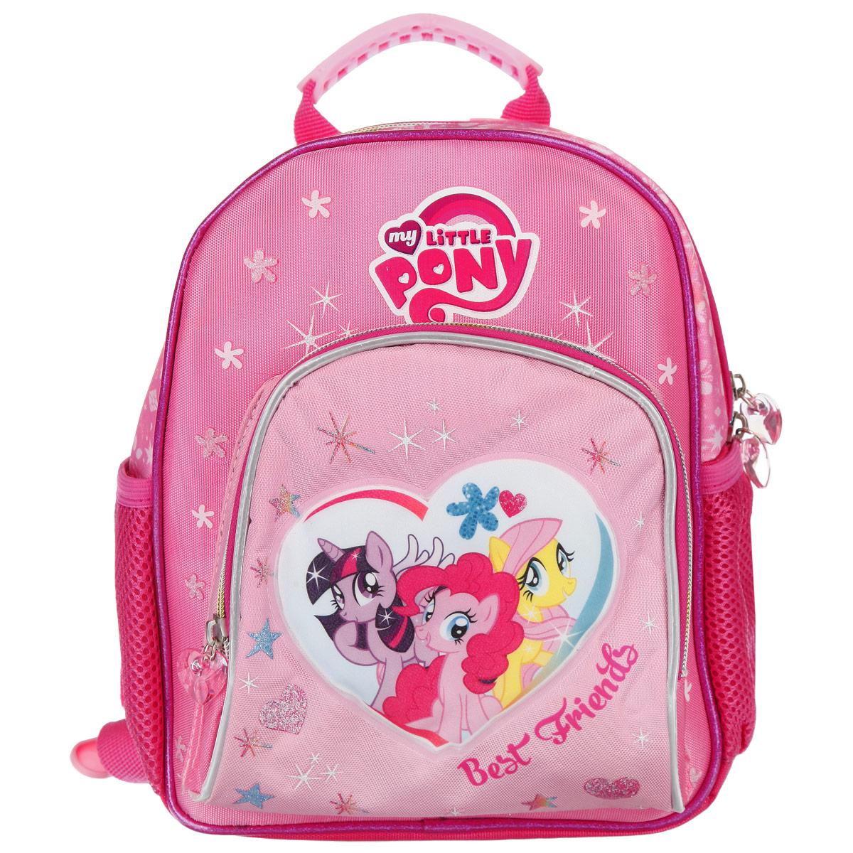 Рюкзак детский Proff My Little Pony, цвет: розовый, белыйLP15-ERBM-1Полужесткий мини-рюкзак Proff My Little Pony прекрасно подойдет ребенку дошкольного возраста. Рюкзак содержит одно вместительное отделение, закрывающееся на застежку-молнию с двумя бегунками. Внутри отделения расположен сквозной накладной карман на липучке, который подойдет для переноски планшета или книг. По бокам рюкзака расположены накладные открытые карманы на резинке. На лицевой стороне рюкзака расположен большой накладной карман на застежке молнии. Лямки рюкзака плотно пришиты к эргономической спинке и легко регулируются по длине. Изделие изготовлено из износоустойчивой ткани с водонепроницаемой основой, поэтому имеет долгий срок службы и надежно защищает вещи от намокания. Рюкзачок украшен привлекательным принтом, с героями My Little Pony, бегунки дополнены держателями в виде сердечек. Светоотражающие элементы обеспечивают дополнительную безопасность в темное время суток. Рекомендуемый возраст: от 3 лет.
