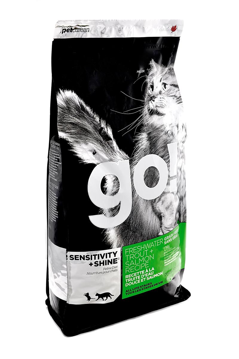 Корм сухой Go! для кошек и котят с чувствительным пищеварением, беззерновой, с форелью и лососем, 1,81 кг20035Беззерновой сухой корм Go! для котят и кошек - это полностью сбалансированный корм из свежего мяса канадской пресноводной форели, лосося, сельди, приправленный картофелем, тыквой, шпинатом. Идеально подходит кошкам с чувствительным пищеварением, склонным к аллергиям и кошкам с длинной роскошной шерстью. Ключевые преимущества: - Форель, лосось, омега-масла в составе необходимы для здоровой кожи и блестящей шерсти, - Восхитительный вкус, приятный аромат, - Мелкие крокеты будут по вкусу самым привередливым кошкам, - Не содержит субпродуктов, красителей, говядины, мясных ингредиентов, выращенных на гормонах, - Таурин необходим для здоровья глаз и нормального функционирования сердечной мышцы, - Пробиотики и пребиотики обеспечивают здоровое пищеварение, - Омега-масла в составе необходимы для здоровой кожи и шерсти, - Антиоксиданты укрепляют иммунную систему. Состав: филе форели, свежее мясо лосося, свежее...