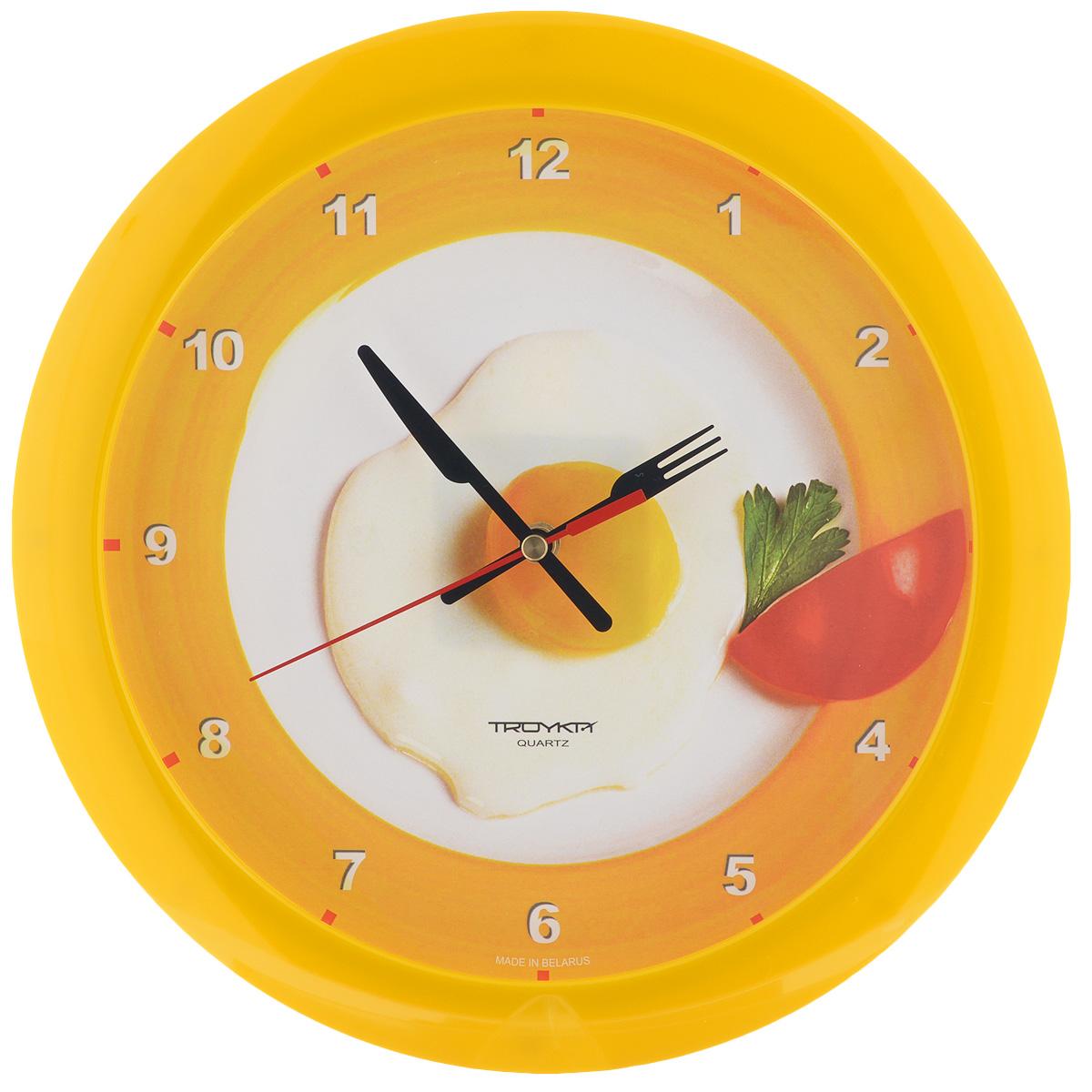 Часы настенные Troyka Яичница, цвет: белый, желтый. 1115017811150178Настенные кварцевые часы Troyka Яичница, изготовленные из пластика, прекрасно подойдут под интерьер вашего дома. Круглые часы имеют три стрелки: часовую, минутную и секундную, циферблат украшен изображением яичницы и защищен прозрачным пластиком. Диаметр часов: 29 см. Часы работают от 1 батарейки типа АА напряжением 1,5 В (входит в комплект). Материал: пластик; размер: диаметр 290 мм; цвет: желтый