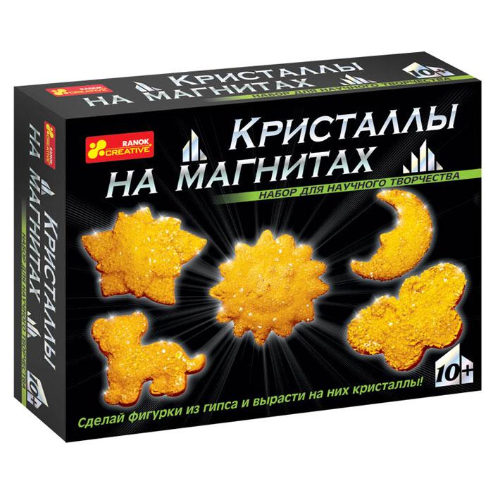 Набор для творчества Ranok Кристаллы на магнитах. Желтые кристаллы12126001РС помощью набора Ranok Кристаллы на магнитах. Желтые кристаллы ребенок может самостоятельно сделать 5 магнитов из гипса и вырастить на них сверкающие кристаллы! Хотите, чтобы на вашем холодильнике сверкали настоящие кристаллы? Хотите сделать драгоценный подарок, не прикладывая много усилий? Тогда набор для научного творчества Кристаллы на магнитах - то, что вам нужно! И взрослые, и дети восхищаются драгоценными камнями. Только представьте, что у вас на холодильнике появятся магнитики, усыпанные переливающимися кристаллами! И эти кристаллы можно вырастить самостоятельно на обыкновенных фигурках из гипса. Создание такого чуда не займет много времени, зато доставит много радости. Эти драгоценные магнитики можно не только повесить на своем холодильнике, но и подарить своим друзьям. Набор содержит все необходимое для создания оригинальных магнитиков: пластиковую форму для выливания фигурок, магниты, порошок для выращивания кристаллов, защитные перчатки, ложку,...