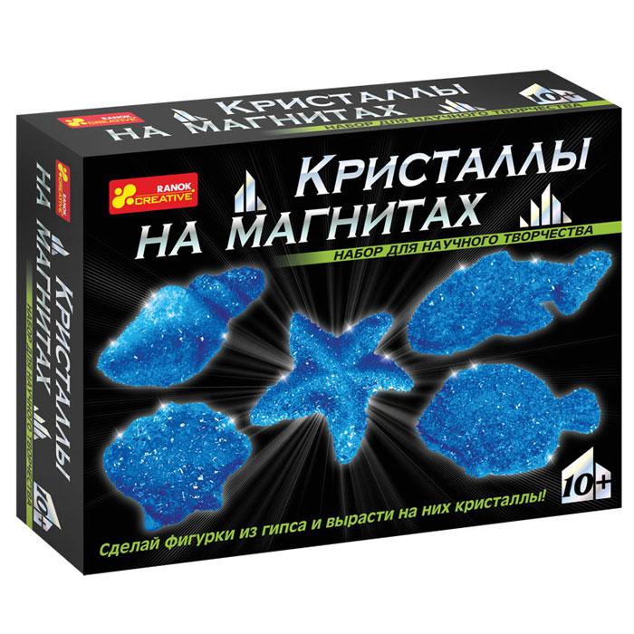 Набор для творчества Ranok Кристаллы на магнитах. Синие кристаллы12126003РС помощью набора Ranok Кристаллы на магнитах. Синие кристаллы ребенок может самостоятельно сделать 5 магнитов из гипса и вырастить на них сверкающие кристаллы! Хотите, чтобы на вашем холодильнике сверкали настоящие кристаллы? Хотите сделать драгоценный подарок, не прикладывая много усилий? Тогда набор для научного творчества Кристаллы на магнитах - то, что вам нужно! И взрослые, и дети восхищаются драгоценными камнями. Только представьте, что у вас на холодильнике появятся магнитики, усыпанные переливающимися кристаллами! И эти кристаллы можно вырастить самостоятельно на обыкновенных фигурках из гипса. Создание такого чуда не займет много времени, зато доставит много радости. Эти драгоценные магнитики можно не только повесить на своем холодильнике, но и подарить своим друзьям. Набор содержит все необходимое для создания оригинальных магнитиков: пластиковую форму для выливания фигурок, магниты, порошок для выращивания кристаллов, защитные перчатки, ложку,...