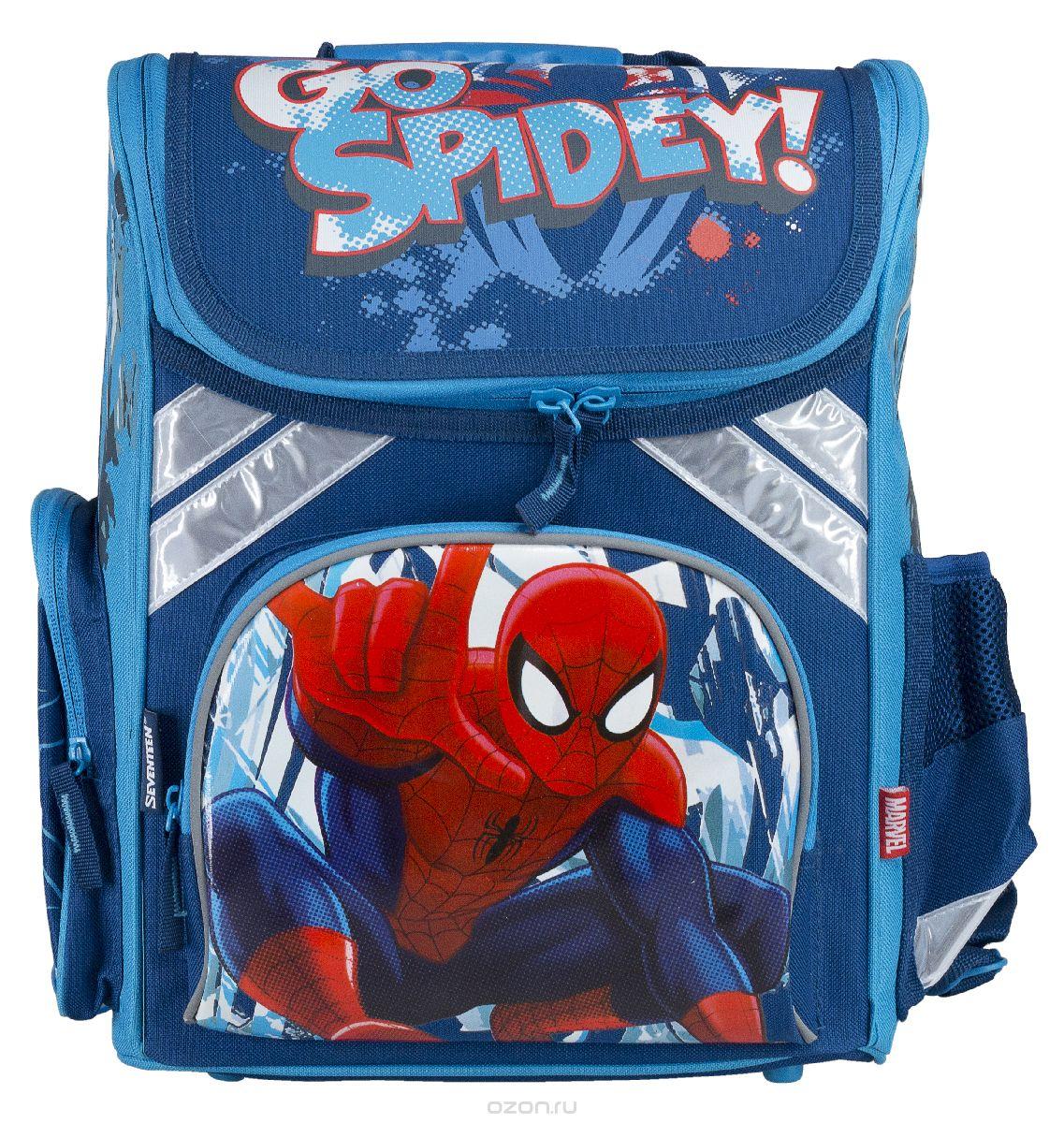 Ранец школьный Kinderline Spider-man Classic, цвет: синий, белый, красныйSMCB-MT1-113Ранец школьный Kinderline Spider-man Classic выполнен из современного легкого и прочного материала синего цвета с яркой аппликацией. Ранец имеет одно основное отделение, закрывающееся на молнию с двумя бегунками. Внутри главного отделения расположен врезной карман на змейке и два разделителя с утягивающей резинкой, предназначенные для размещения предметов без сложения, размером до формата А4 включительно. На лицевой стороне ранца расположен накладной карман на молнии. По бокам ранца размещены два дополнительных накладных кармана, один на молнии, и один открытый. Ортопедическая спинка, созданная по специальной технологии из дышащего материала, равномерно распределяет нагрузку на плечевые суставы и спину. Удлиненные держатели облегчают фиксацию длины ремней с мягкими подкладками. Ранец оснащен удобной ручкой для переноски и двумя широкими лямками, регулируемой длины. Дно ранца дополнено пластиковыми ножками. Многофункциональный школьный ранец станет...