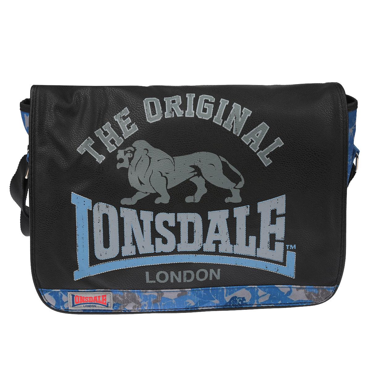 Сумка молодежная Lonsdale, цвет: черный, серый, голубойLSCB-UT1-9532Оригинальная молодежная сумка Lonsdale прекрасно подойдет для учебы, занятий спортом и повседневных дел. Стильная, легкая и удобная сумка с ярким принтом станет незаменимым аксессуаром. Вместительное внутреннее отделение закрывается на клапан с магнитными кнопками, в него поместятся все необходимые школьные принадлежности или спортивная форма. Внутри имеется врезной карман на молнии, куда можно разместить предметы небольшого размера. Плотная и широкая лямка свободно регулируется по длине, что позволяет носить сумку школьникам разного возраста. Лаконичный и сдержанный дизайн подчеркнет индивидуальность и порадует своей функциональностью.