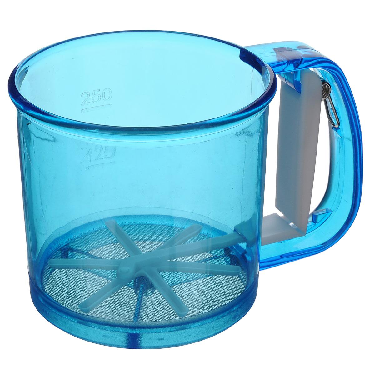 Кружка-сито Аква, цвет: синий, 250 г831-034Кружка-сито Аква изготовлена из высококачественного пластика и нержавеющей стали. Удобный механизм с рычагом на ручке позволяет быстро и эффективно просеивать муку. Кружка-сито Аква станет достойным дополнением к коллекции кухонных аксессуаров. Диаметр (по верхнему краю): 10,5 см. Высота: 9,5 см. Объем: 250 г.