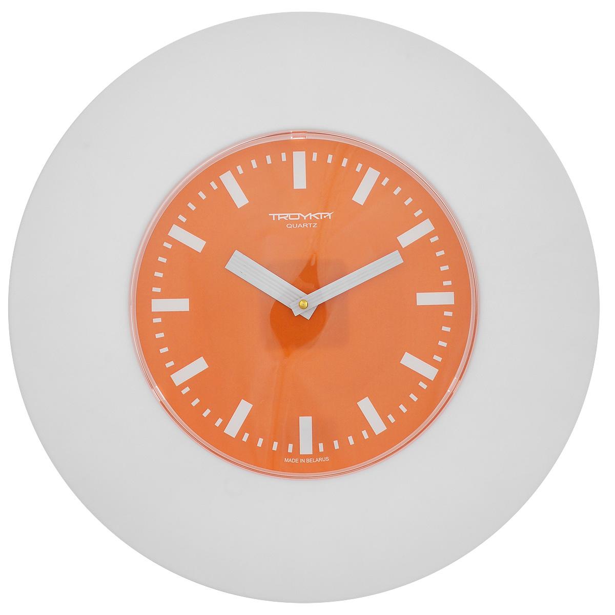 Часы настенные Troyka, цвет: белый, оранжевый. 5555155755551557Настенные кварцевые часы с классическим дизайном Troyka, изготовленные из пластика, прекрасно подойдут под интерьер вашего дома. Круглые часы имеют три стрелки: часовую, минутную и секундную, циферблат защищен прозрачным пластиком. Диаметр часов: 37,5 см. Часы работают от 1 батарейки типа АА напряжением 1,5 В (входит в комплект).