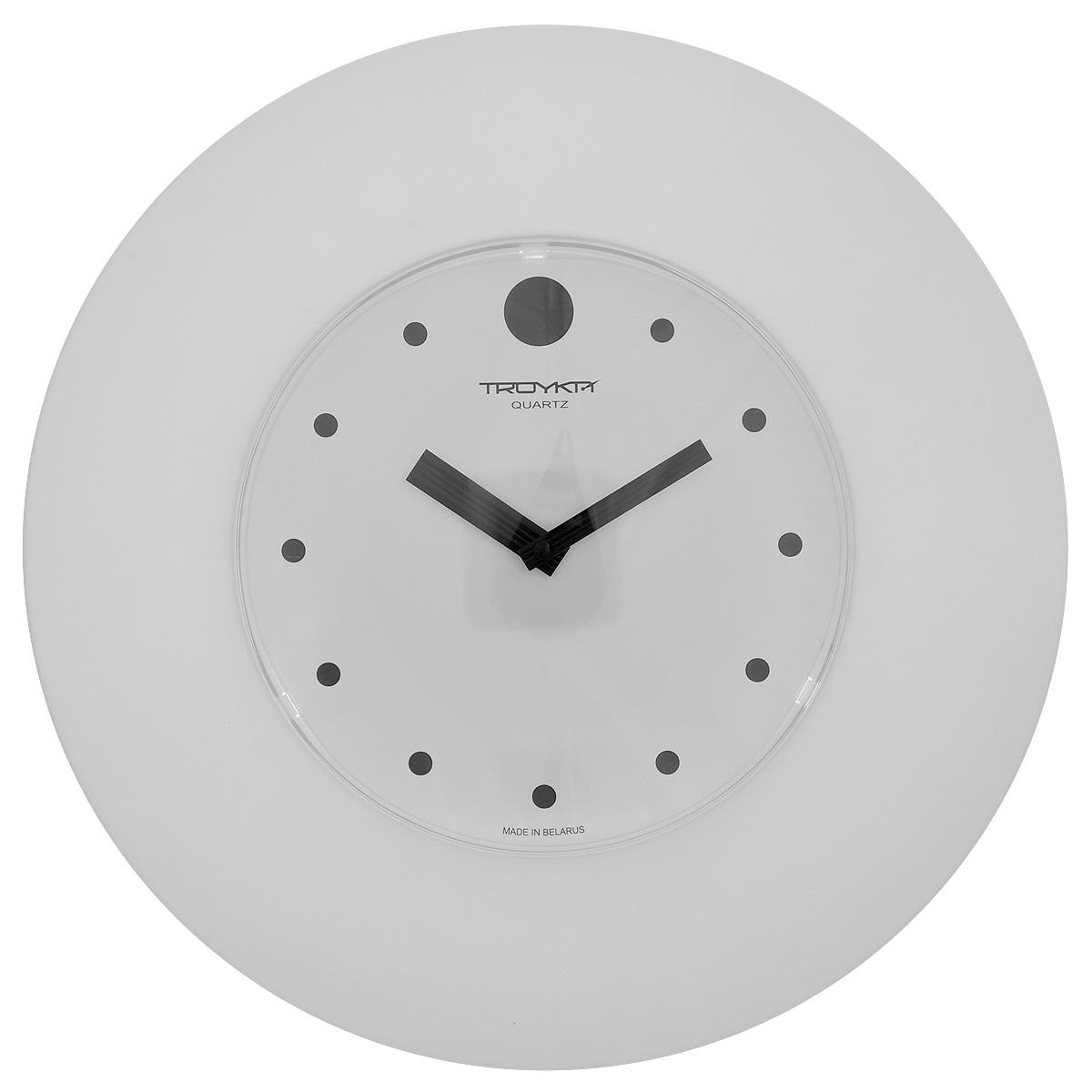 Часы настенные Troyka, цвет: белый, черный. 5555155655551556Настенные кварцевые часы с классическим дизайном Troyka, изготовленные из пластика, прекрасно подойдут под интерьер вашего дома. Круглые часы имеют три стрелки: часовую, минутную и секундную, циферблат защищен прозрачным пластиком. Диаметр часов: 37,5 см. Часы работают от 1 батарейки типа АА напряжением 1,5 В (входит в комплект).