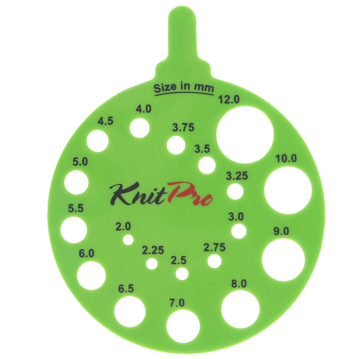 Линейка KnitPro для определения номера спиц, круглая, цвет: зеленый10992Линейка KnitPro изготовлена из пластика и предназначена для определения номера спиц. На ней имеются круглые отверстия различного диаметра, с указанным рядом размером. Для того чтобы правильно определить номер, вставьте в отверстие спицу, которая должна проходить свободно и не застревать. Во время калибровки действия производите осторожно, не прилагая физических усилий. В противном случае после ошибочных манипуляций отверстия могут со временем расшириться, а значит, потерять свою точность. Размеры спиц: от 0 до 17. Диаметр линейки: 6 см.